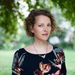Portrait Foto draußen outdoor von der Berliner Portraitfotografin Caroline Wimmer
