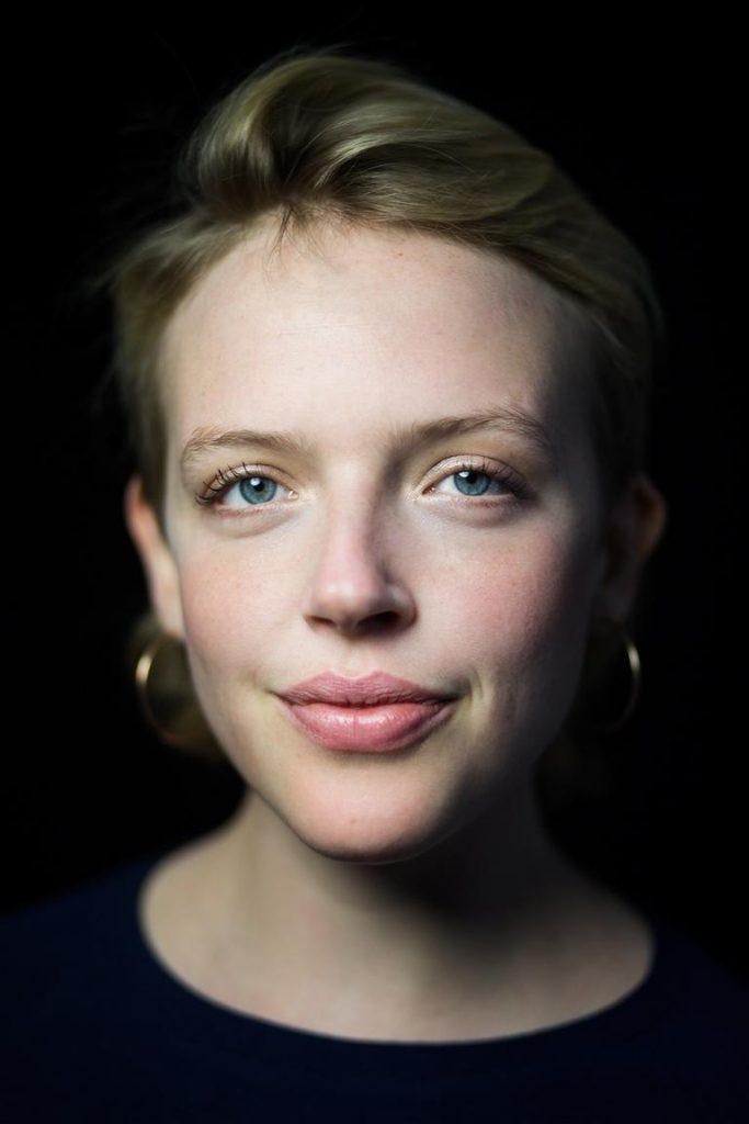 Studioportrait einer jungen Frau aufgenommen von der Berliner Headshot Fotografin Caroline Wimmer
