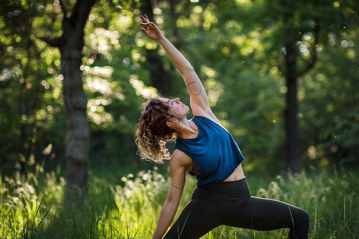 Kreatives Outdoor Yoga Portrait und Yoga Fotografie aufgenommen im Park und in der Natur von der Fotografin Caroline Wimmer in Berlin