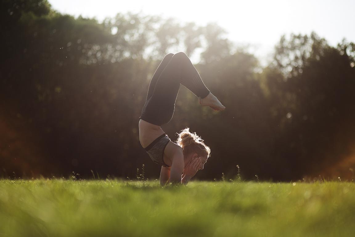 Yoga Foto session mit Yogalehrern in Berlin outdoors von Fotografin Caroline Wimmer