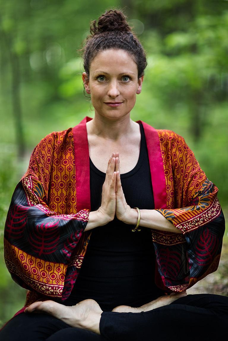 Kreatives Outdoor Yoga Portrait aufgenommen im Park von der Fotografin Caroline Wimmer in Berlin