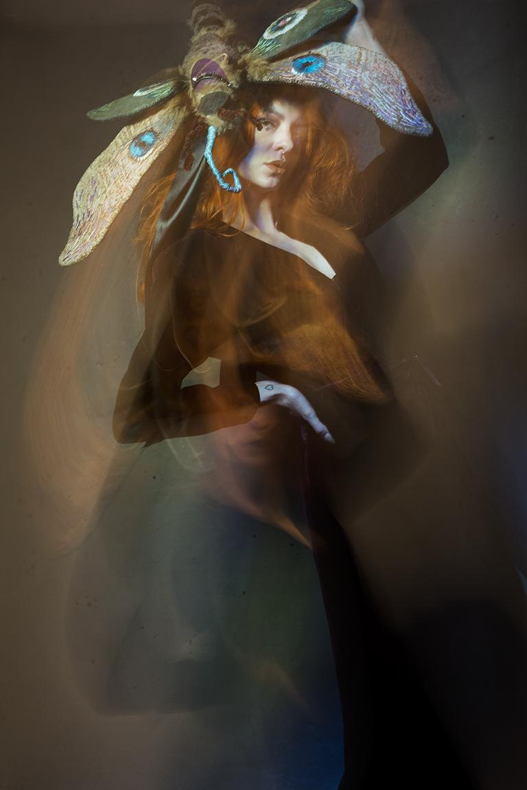 Experimentelles Fotoshooting mit Character Design Headpiece Motte von Illustrator Sebastian Blinde und Model Mina Medusa von der Fotografin Caroline Wimmer aus Berlin.