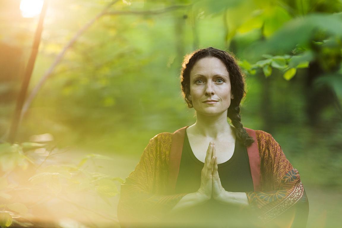 Kreatives Outdoor Yoga Portrait in der Natur mit atmosphärischem Licht aufgenommen im Treptower Park von der Fotografin Caroline Wimmer in Berlin