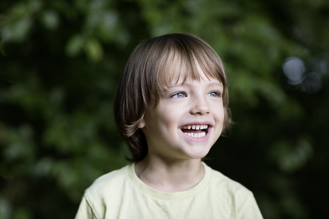 Kinderportrait aufgenommen im Park von der Portraitsfotografin und Headshot Fotografin Caroline Wimmer aus Berlin